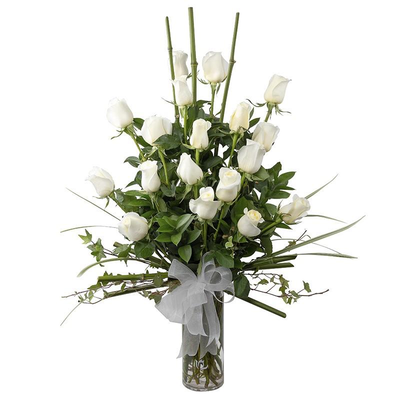 Florero de 18 rosas blancas y bambú