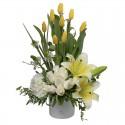 Arreglo de tulipanes amarillos,rosas blancas, Hortensia, lilium perfumado.