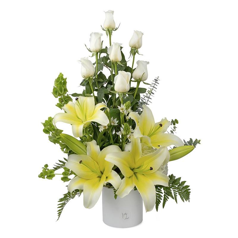 Arreglo de rosas blancas con lilium blanco