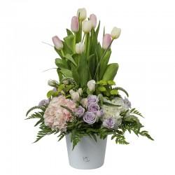 Arreglo floral de tulipanes blancos y rosados, mini rosas y hortensias