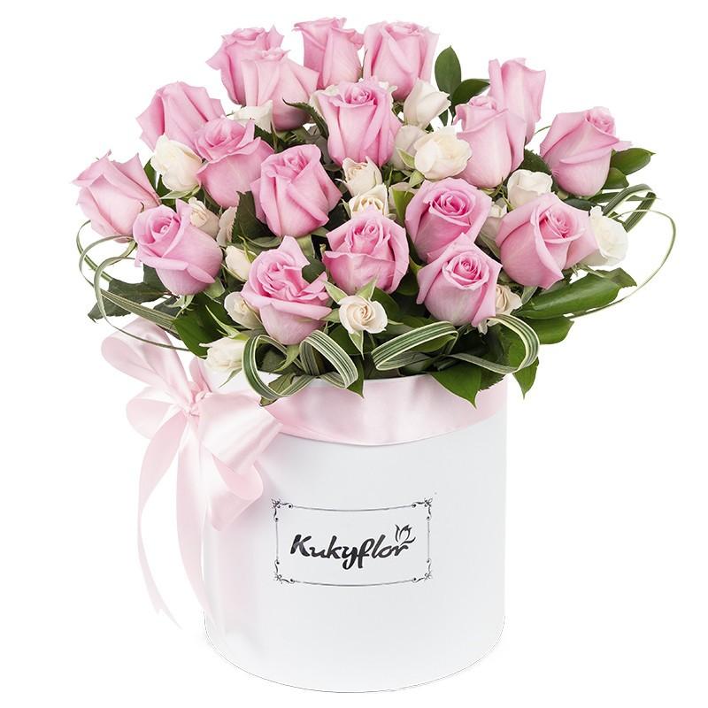 Box blanco con rosas rosadas y mini rosas blancas