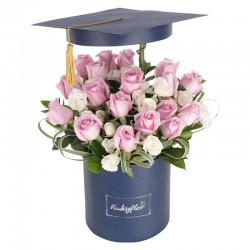 Box de graduación con rosas rosadas y mini rosas blancas