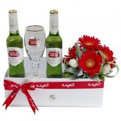Caja de regalo con cerveza y mini gerberas rojas y mini rosas blancas