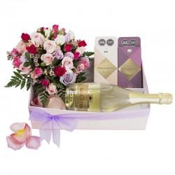 Caja para ella con mini rosas pasteles , cacaosuyo y espumante giulietta