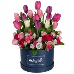 Box  bajo con 15 tulipanes variados y 6 minirosas variadas